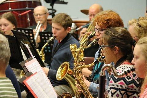 Skolekorpset og Jernbanemusikken øver og prøver til adventskonsert med stor A.