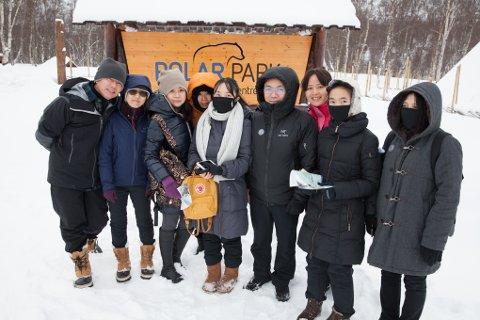 Polar Park er ett av flere mål for kinesiske turister som besøker Nord-Norge. Denne kinesiske truppen hadde det travelt i østavinden da de besøkte Polar Park i februar for tre år siden.