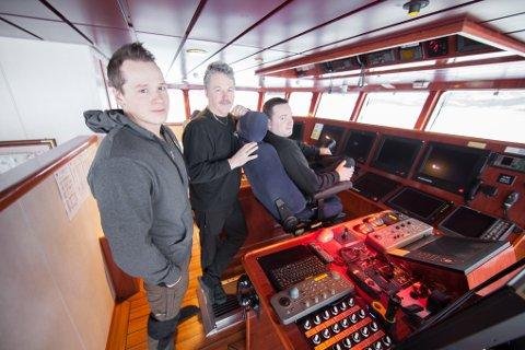 Maskinsjef Stian Lundberg (28) og skipper Mats Lundberg (32) er klare til å overta rederiarven når pappa, reder og skipper Geir Lundberg (60) legger inn årene. – Det skjer ikke ennå, forsikrer Geir.