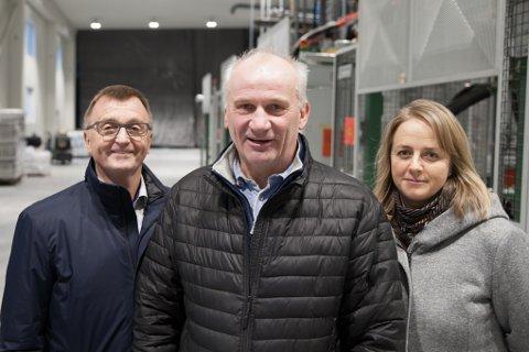 Styreleder Svein Roaldsen (foran) i Kasseriet AS anslår at det vil komme 20 til 30 nye arbeidsplasser i lokalene der den nye isoporkassefabrikken nå starter produksjon. Her sammen med styreleder Roger bergersen og daglig leder Monica Eide-Hermansen i Astafjord Industrier.