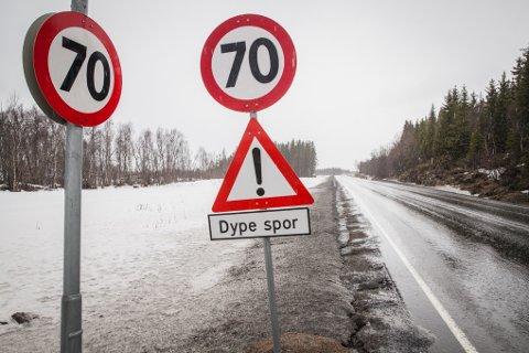 E10 fra flyplassen på Evenes mot Tjeldsundbrua har nedsatt fartsgrense på grunn av dype spor i veibanen. Dette er én av strekningene der det skal asfalteres i sommer.