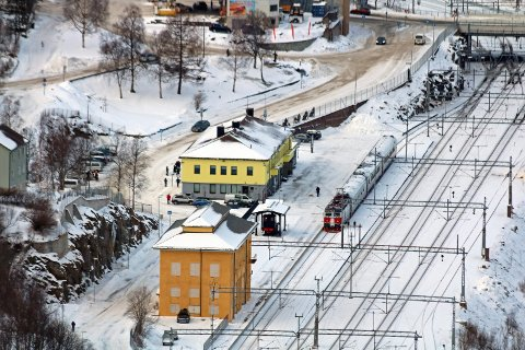 TOG NORDOVER: Regjeringen vil ha et nytt kostnadsanslag og analyse av en forlengelse av jernbanen til Tromsø, fra Fauske via Narvik. Her fra Narvik stasjon.