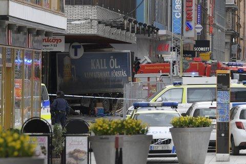 STOCKHOLM, SVERIGE 20170407. En lastbil har kört in i människor på Drottninggatan i centrala Stockholm.  Foto: Anders Wiklund/TT / NTB scanpix