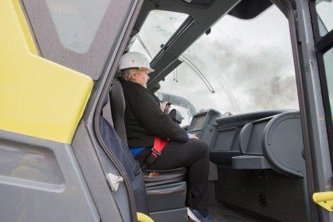 Da statsminister Erna Solberg besøkte brannskole i 2017 fikk hun prøve seg som flybrannslokker på Norges brannskole. Samtidig med besøket kom en pressemelding fra justis- og beredskapsminister Per-Willy Amundsen om at skolen skulle stå klar i 2019.