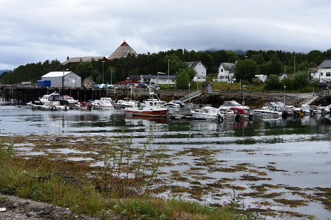 Politiet har avdekket 151 overgrepssaker i Tysfjord. Nå har spesialenheten for politisaker besluttet å iverksette etterforskning mot en tjenestemann som er anmeldt for å ha forsømt seg.