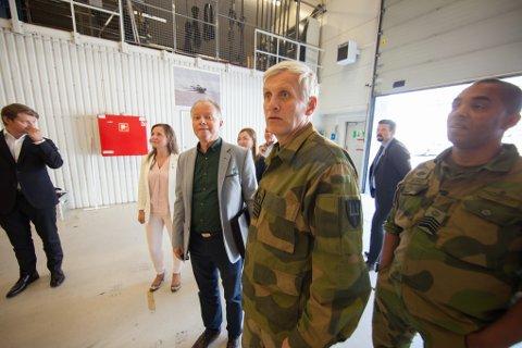 Øyvind Halleraker (H) sitter som første nestleder i Utenriks- og forsvarskomiteen på Stortinget. Her blir han vist rundt på Ramsund av sjefen for Marinejegerkommandoen kommandørkaptein Petter Hellesen sammen med flaggmester Sergei Moore.