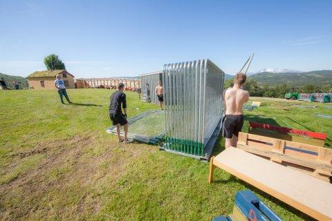 Funksjonærene i Márkomeannu 2017 har en stor jobb å gjøre før festivalen åpner torsdag kveld. Tusen meter med gjerder er noe av det som skal på plass.