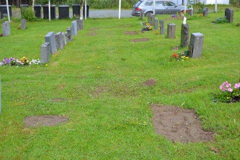 """Flere pårørende er fortørnet over at kommunen har brukt en gravemaskin på flere tonn og brukt deler av gravstedene til """"vei"""" for å ta seg fra, uten at man har ryddet skikkelig opp etter seg. På bildet ser du tydelig hvor massene har falt sammen."""