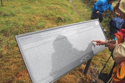 Dette er minnetavlen som er satt opp i Beisfjord, og som Aspelund kritiserer i sitt leserinnlegg.