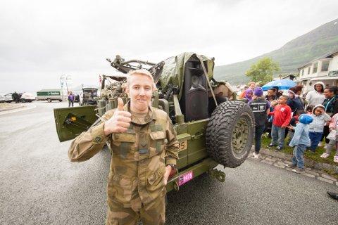 Espen Ryslett fra Bjerkvik og Sambandsbataljonen kjørte foran rittet i en av Forsvarets feltvogner. Lastet med god lyd var det hans jobb å skape stemning langs løypa.