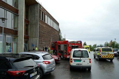 UTRYKNING: Nødetatene rykket ut til Skistua skole etter melding om røykutvikling.