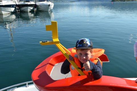 ELIASBÅT: Tord Eklund Thomassen (6) viser tegn på at han har hatt en flott tur spesielt fordi han helt alene fikk føre båten under turen. Mamma, Siri, opprinnelig fra Gratangen, var fornøyd med sin unge båtfører. Foto: Harold Jenssen