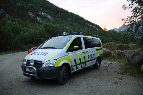 Politi på stedet i Beisfjord. Foto: Monia Buyle.