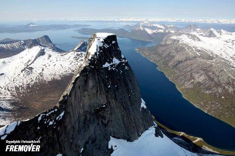 RUVER: Stetinden fremstår som majestetisk - også sett fra luften. Men ikke alt er på stell når Narvik forbereder norsk turistsesong.