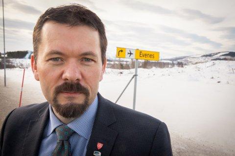 Ordfører Svein Erik Kristiansen i Evenes er forundret over det han mener er dobbeltkommunikasjon fra Arbeiderpartiet om Evenes.