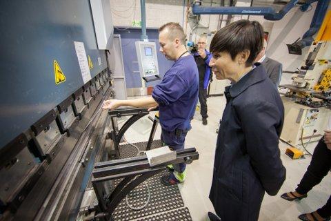 Knut Markussen får forsvarsministeren til å skvette når maskinen knekker en aluminiumsplate med et trykk på 2,5 tonn.