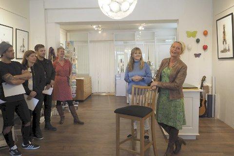 Stor interesse: Det var stor interesse for utstillingen til Elisabeth Helvin på Galleri My i Narvik lørdag. Helvin selv lover at hun kommer tilbake til Narvik. Begge foto: Ann-Kristin Hanssen