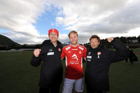 Her feiret Mjølner-trenerne og Henning Larsen, i midten, scoringen som avgjorde toppkampen mot Senja i Narvik i august.