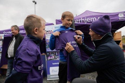 Tidligere verdensmester, Thor Hushovd, skrev mange autografer da han deltok på Bufetats familiefest i Kirkenes under Arctic Race of Norway