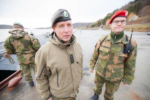 - TA HENSYN: Sjef for HV-16 kommandør Jon Ivar Kjellin sammen med MP-lagfører sersjant Tomas Løkken i HV-16, oppfordrer trafikantene til å ta hensyn når de militære kolonnene skal fra Evenes til Setermoen de neste dagene.