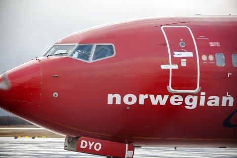 Med tape over døra, og påskriften «Do not open», er Norwegian-flyet som ble skadet på Evenes søndag formiddag klar for å fraktes –uten passasjerer – til Gardermoen.