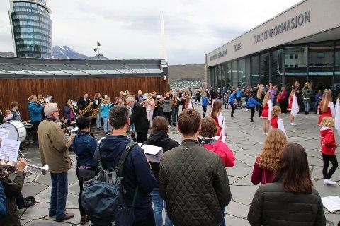Flashmob: Slik så det ut da Narvik skolekorps, Ankenes skolekorps og LKAB musikkorps gjennomførte en flashmob i Narvik sentrum.