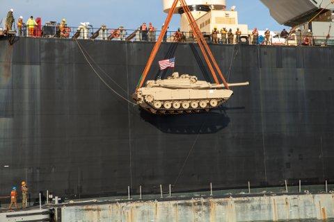 Her henger 60 tonn stridsvogn i stroppen. Langangsfartøyet, som fraktet stridsvognen fra logistikkskipet «USNS 1st lt. Baldomero Lopez» og inn til Bogen, har kapasitet til å ta fem slike i gangen.