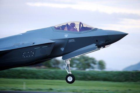 To F-35 kampfly skal etter planen lande klokken 15:45 på Evenes i dag. De kommer i anledning markeringen av byggestarten for Evenes flystasjon.
