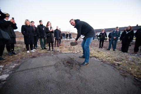 SPADETAK: Forsvarsminister Frank Bakke-Jensen med spadetaket som skulle symbolisere byggestart for den nye mannskapsmessa på Evenes flystasjon i oktober 2018.