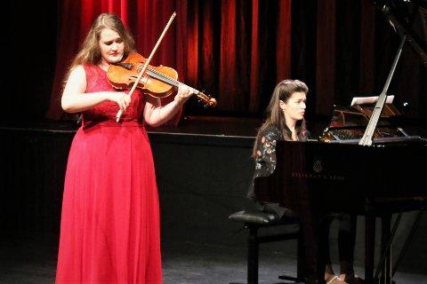 Imponerer: Belgiske Kaat Shrapen, her akkompagnert av Srdjana Jovanovic Gouka, er en av 14 fantastiske musikere som i dag opptrer i kulturhuset.