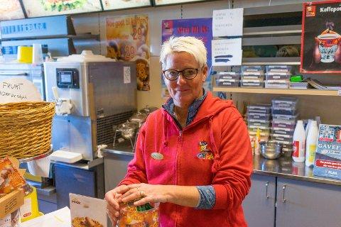 LEGGER NED: Anne-Lise Olsen, daglig leder ved Strax storkiosk, forteller at kiosken hennes er inne i sine siste uker. Arkivfoto: Andreas Haakonsen