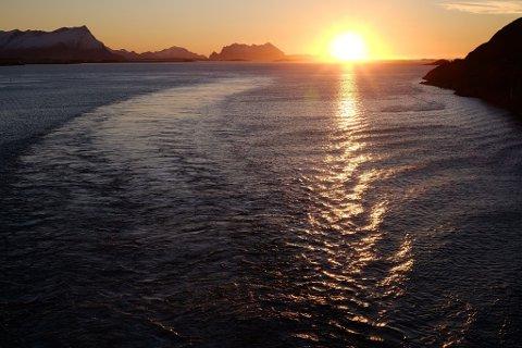 MOT MØRKETID: Det er avbøyningen av sollyset som gjør at grensa for mørketid ligger litt nord for polarsirkelen. Bildet er tatt fra hurtigruteskipet MS Kong Harald og viser ettermiddagssol over Salten, 29. oktober i år. Foto: Trond Lepperød (Nettavisen)