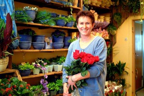 GLEDE: Ann Tønnes Hansen sier det er vemodig at hun må selge butikken på grunn av helseproblemer. – Hadde jeg kunnet hadde jeg aldri gitt meg, sier hun. Bildet er tatt da hun åpnet butikken for snart femten år siden. Arkivfoto.