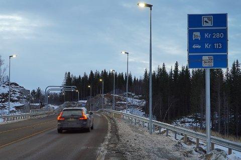 MØRKT: Her er bomstasjonen ved Hålogalandsbrua. Snart blir det ikke noe lyssignal når man passerer bomstasjonen.