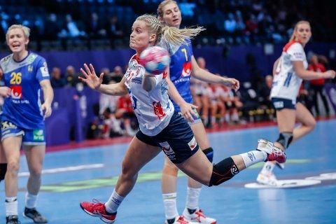 SPILTE SEG STORT OPP: Marit Røsberg Jacobsen spilte seg varm sammen med resten av de norske håndballdamene. Det holdt dessverre ikke til mer enn femteplass. Foto: Vidar Ruud