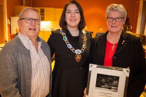 Aina Heimdal og Magne Solberg fikk kulturprisen fra ordfører Sisilja Viksund under kommunestyrets siste møte i Evenes tirsdag.