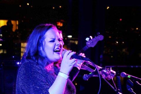 Bandleder: Vokalisten Marthe Bugge er behørig tilbake i By1 i front for et orkester på elleve.