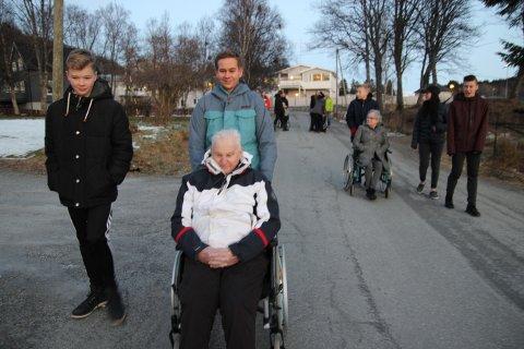 Henrik Fjellheim og Torje Ludviksen med beboer Albert Bjørkmo, som er spent på forestillingen.
