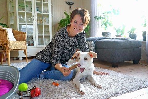 ET NYTT LIV: Nå er hunden «Piccolina» (5 måneder) på plass hjemme hos matmor Ann Kvanmo i Ballangen. Det er første gang hun eier en hund, men hun angrer ikke på at hun reddet hunden fra døden. Foto: Odd-Georg H. Benjaminsen