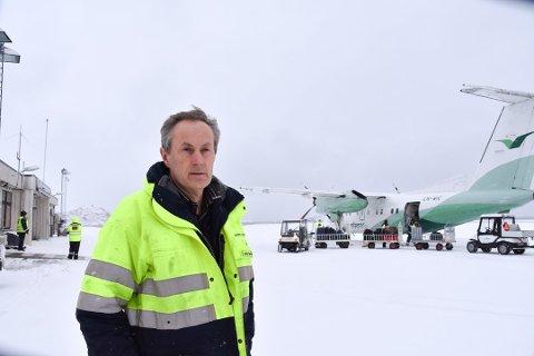 Havariinspektør: Tor Nørstegård i Havarikommisjonen ankom Svolvær mandag ettermiddag. Nå jobber de med å organisere arbeidet med å få hevet småflyet som var involvert i ulykken søndag kveld. Foto: Synne Mauseth