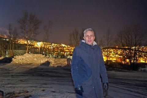 KONGEN PÅ HAUGEN: Her står Helge Trondsen på Orneshaugen, hvor den Læstadianske forsamlingen skal bygge sitt nye forsamlingshus.