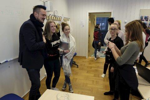 KJENT: Frida Nordgård, Kine Vesterheim, Charlotte Høgås og Nora Paulsen syntes det var stas at en kjendis som Tore Petterson tok turen til Narvik for å snakke om mobbing og press blant ungdom. – Også snakker han om det på en måte som engasjerer. Han turte å si det som det var, sier Vesterheim.