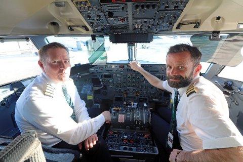 I TOPPEN: Flygere tjener i snitt 85.390 kroner i måneden. Her illustrert med Pål Gravseth og Tom Liverud i Widerøe.