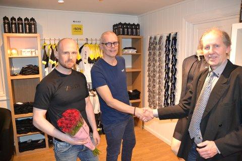 Kenneth Jensvold Markussen (t.v.) og Christen Eide-Hermansen mottar lykkeønskninger og blomster fra Gratangen kommune ved varaordfører Roy Idar Sandberg.