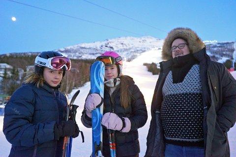 MÅTTE UTSETTE: Vidje Reithe, Ingeborg Elvenes Hagerup og Dag Erik Hagerup kom seg i fjellet, men da var mye av dagen i vinterferien allerede over.