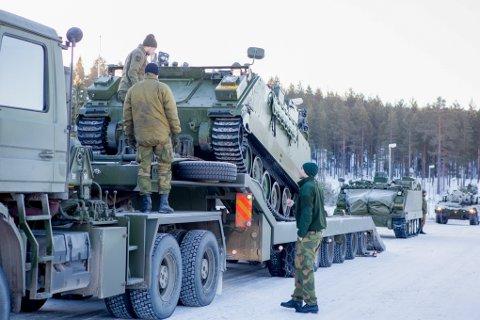 Forsvaret ønsker kontrakter med sivile aktører for blant annet spesialtransport. K. Simonsen Transport AS skrev fredag under på en avtale med Forsvarets Logistikkorganisasjon.