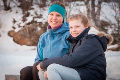 LETTET: Sissel Bolsøy, her sammen med datteren Elise Bolsøy, er lettet for at det blir satt opp skolebuss mellom Evenes, Tjeldsund og Narvik fra og med neste skoleår.