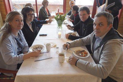 Skryt: Elin Jentoft Solberg (t.v.) gir bidosen terningkast seks. Også Bjørn Ove Solberg (t.h) og Trond Inge Mathisen skryter av maten,