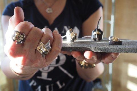 Lena Frelin lager smykker av sølv og gull
