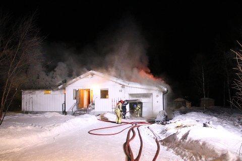Det brenner kraftig i et bolighus i Beisfjord. En familie på fem er berget ut av huset.